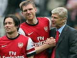 Arsenal's French manager Arsene Wenger (R) shakes hands with Arsenal's German defender Per Mertesacker (C) as they walk with Arsenal's Czech midfielder Tomas Rosicky on May 19, 2013