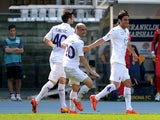 Fiorentina's Alberto Aquilani celebrates with team mates after scoring his team's second goal against Hellas Verona during the Serie A match on April 13, 2014