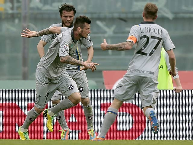 Chievo Verona's Cyril Thereau celebrates with team mates after scoring against Livorno in the Serie A match on April 13, 2014