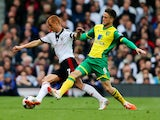 Steve Sidwell of Fulham holds off Ricky van Wolfswinkel of Norwich City during the Barclays Premier League match on April 12, 2014