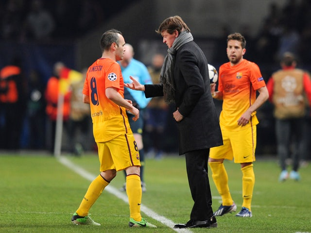 Barcelona's coach Tito Vilanova talks with Barcelona's midfielder Andres Iniesta during the Champions League quarter-final football match between Paris Saint-Germain and Barcelona at the Parc des Princes stadium in Paris on April 2, 2013
