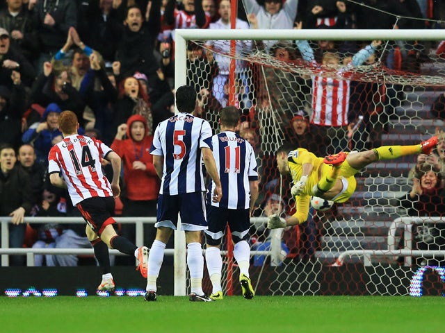 Jack Colback of Sunderland beats goalkeeper Ben Forster of West Bromwich Albion to score their first goal during the Barclays Premier League match between Sunderland and West Bromwich Albion at Stadium of Light on May 7, 2014