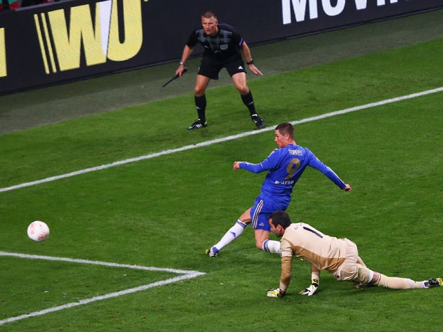 Fernando Torres of Chelsea rounds goalkeeper Artur of Benfica to score the opening goal during the UEFA Europa League Final between SL Benfica and Chelsea FC at Amsterdam Arena on May 15, 2013
