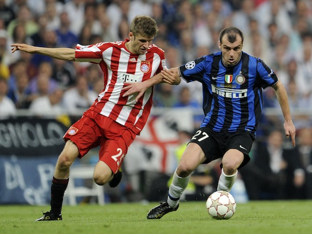 Bayern Munich's striker Thomas Mueller vies with Inter Milan's Macedonian forward Goran Pandev (R) during the UEFA Champions League final football match on May 22, 2010