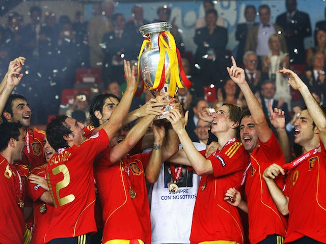 Fernando Torres (R) of Spain lifts the trophy with team mates after the UEFA EURO 2008 Final match between Germany and Spain at Ernst Happel Stadion on June 29, 2008