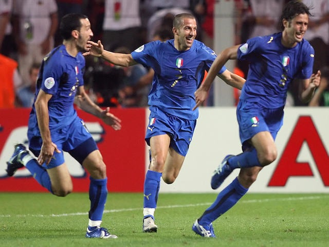 talian defender Fabio Grosso (R) celebrates his goal in extra time with forward Alessandro Del Piero (C) and defender Gianluca Zambrotta