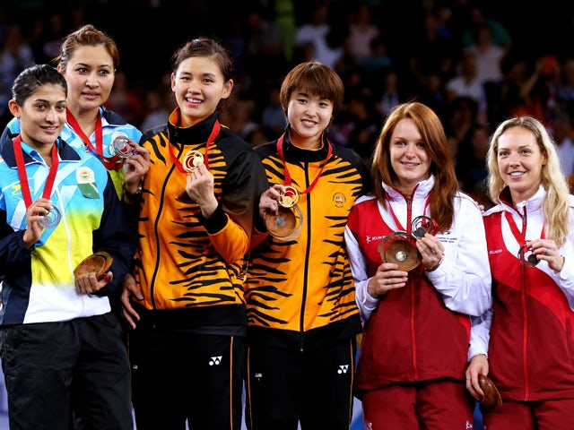 Silver medalists Ashwini Ponnappa and Jwala Gutta of India, gold medalists Khe Wei Woon and Vivian Kah Mun Hoo of Malaysia and bronze medalists Lauren Smith and Gabrielle Adcock of England pose in the medal ceremony for the Women's Doubles Gold Medal Mat