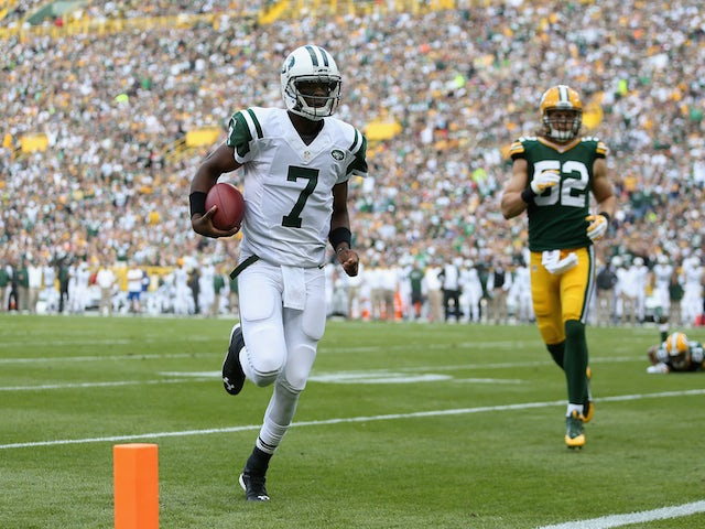 Quarterback Geno Smith #7 of the New York Jets rushes for one yard to score against the Green Bay Packers on September 14, 2014