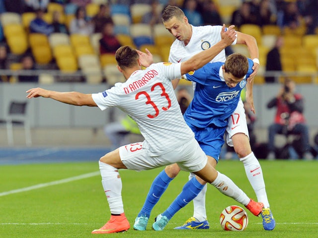 FC Dnipro Dnipropetrovsk's Serhiy Kravchenko vies with Internazionale Milan's Danilo D'Ambrosio and Zdravko Kuzmanovi during the UEFA Europa League Group F match in Kiev on September 18, 2014