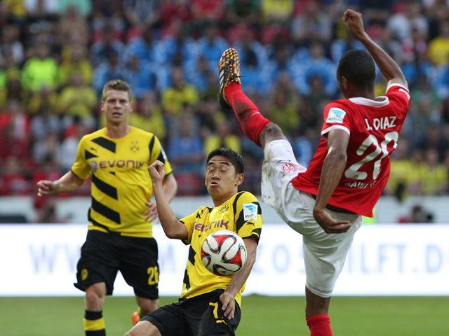 Mainz' Costa Rican defender Junior Diaz and Dortmund's Japanese midfielder Shinji Kagawa vie for the ball during the German first division Bundesliga football match FSV Mainz 05 vs Borussia Dortmund at the Coface Arena in Mainz, western Germany on Septemb