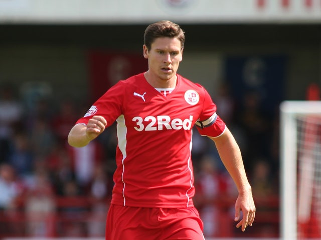 Simpson back for Crawley