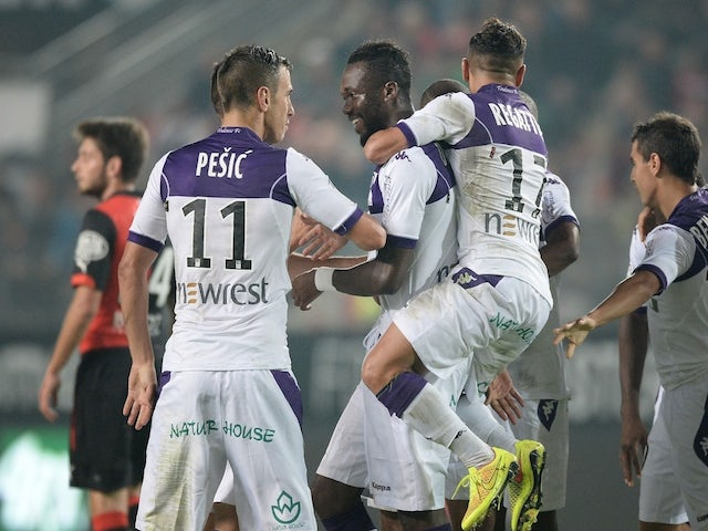 Toulouse's French midfielder Tongo Hamed Doumbia (C) celebrates with his teammates after scoring a goal during the French L1 football match against Rennes on September 23, 2014
