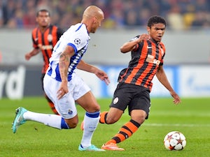 Shakhtar Donetsk's Alex Teixeira (R) fights for the ball with FC Porto's Maicon (L) on September 30, 2014