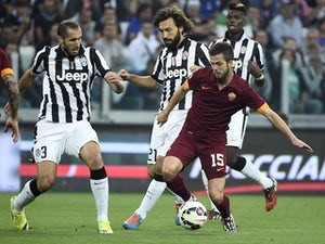 Juventus' midfielder Andrea Pirlo (C) fights for the ball with Roma's midfielder from Bosnia-Herzegovina Miralem Pjanic (R) during the Italian Serie A football match Juventus vs Roma on October 5, 2014