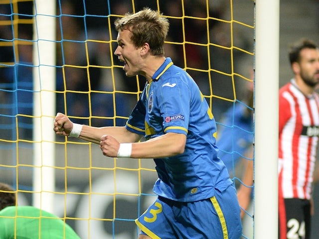 Bate Borisovs Denis Polyakov (R) celebrates a goal past Athletic Bilbaos goalkeeper Gorka Iraizoz (L) on September 30, 2014