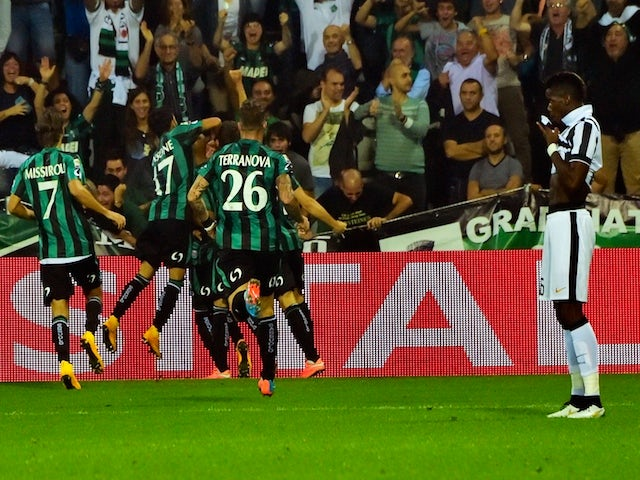 Sassuolo's forward Simone Zaza celebrates after scoring a goal with his team mates during the Serie A football match against Juventus on October 18, 2014