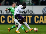 Everton's Belgian striker Romelu Lukaku gets past Wolfsburg's Croatian midfielder Ivan Perisic to score the 0-1 goal during the UEFA Europa League Group H football match VfL Wolfsburg vs Everton FC in Wolfsburg, northern Germany on November 27, 2014