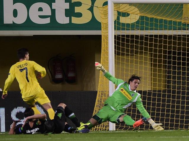 Villarreal's Argentinian forward Luciano Dario Vietto scores during the UEFA Europa League Group A football match Villarreal CF vs Vfl Borussia Moenchengladbach at El Madrigal stadium in Villareal on November 27, 2014
