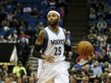 Mo Williams #25 of the Minnesota Timberwolves brings the ball down the court during the game against the San Antonio Spurs on November 21, 2014