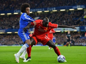 Liverpool's French defender Mamadou Sakho (R) battles with Chelsea's Brazilian midfielder Willian (L) during the English League Cup semi-final second leg football match on January 27, 2015