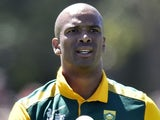 Vernon Philander of South Africa prepares to bowl during the Cricket World Cup one-day warm up match between New Zealand and South Africa at Hagley Park Oval in Christchurch on February 11, 2015