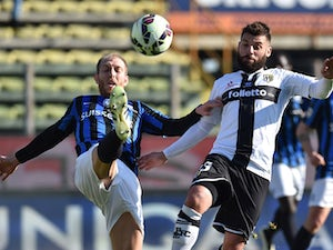 Antonio Nocerino (R) of Parma FC is challenged by Andrea Masiello of Atalanta BC during the Serie A match between Parma FC and Atalanta BC at Stadio Ennio Tardini on March 8, 2015