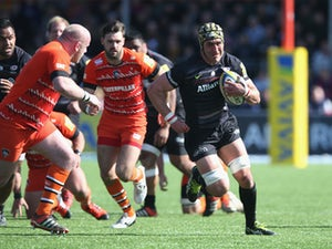 Kelly Brown of Saracens breaks with the ball during the Aviva Premiership match between Saracens and Leicester Tigers at Allianz Park on April 11, 2015