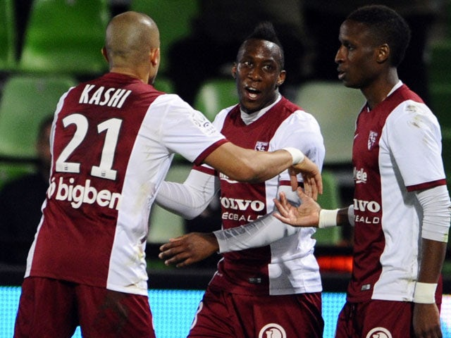 Metz's Guinean midfielder Bouna Saar celebrates with teammates after scoring during the French L1 football match between Metz and Lens on April 18, 2015