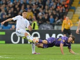 FC Dynamo Kyiv's Yevhen Khacheridi (L) vies with Fiorentina's Mario Gomez (R) during the UEFA Europa League quarter-final, first leg match Dynamo Kiev vs ACF Fiorentina in Kiev on April 16, 2015