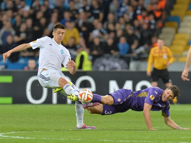 FC Dynamo Kyiv's Yevhen Khacheridi (L) vies with Fiorentina's Mario Gomez (R) during the UEFA Europa League quarter-final, first leg match Dynamo Kiev vs ACF Fiorentina in Kiev on April 16, 2015