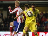 Atletico Madrid's French forward Antoine Griezmann (L) vies with Villarreal's defender Victor Ruiz during the Spanish league football match Villarreal CF vs Club Atletico de Madrid at El Madrigal stadium in Villareal on April 29, 2015