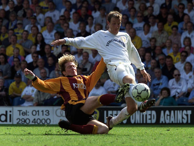 Lee Bowyer of Leeds beats a challenge from Gary Locke of Bradford during the Premiership match on May 13, 2001