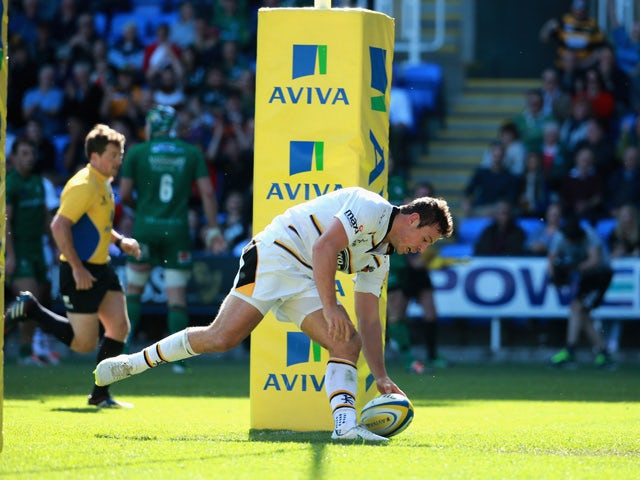 Rob Miller of Wasps scores between the posts during the Aviva Premiership match between London Irish and London Wasps at Madejski Stadium on May 16, 2015