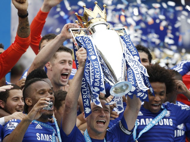 Chelsea's English defender John Terry holds up the Premier League trophy between Chelsea's Brazilian midfielder Willian and Chelsea's Ivorian striker Didier Drogba during the presentation after the English Premier League football match between Chelsea and