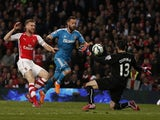 Arsenal's Colombian goalkeeper David Ospina (R) gets a touch to a chipped shot from Sunderland's English-born Scottish striker Steven Fletcher (C) to tip the ball wide during the English Premier League football match between Arsenal and Sunderland at the
