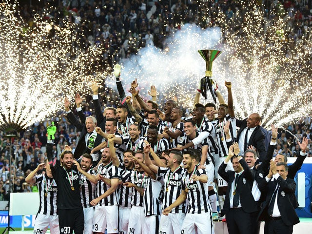 Juventus' players celebrate with the Italian League's trophy during a ceremony following the Italian Serie A football match Juventus vs Napoli on May 23, 201