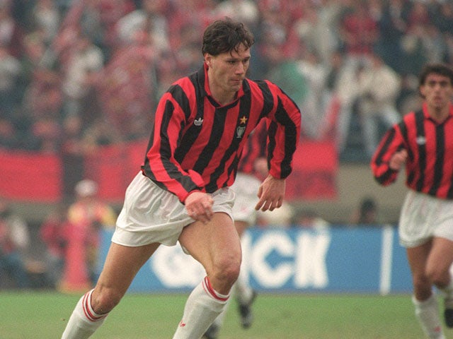 AC Milan's Dutch forward Marco Van Basten dribbles upfield, 09 December 1990 in Tokyo, during the Toyota Cup final between the European champion, Milan, and the South American champion, Olimpia
