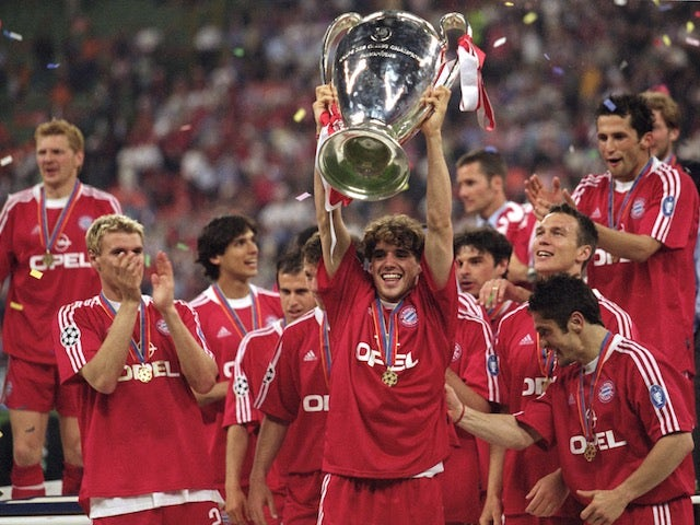 Owen Hargreaves of Bayern Munich lifts the Champions League trophy after the final on May 23, 2001