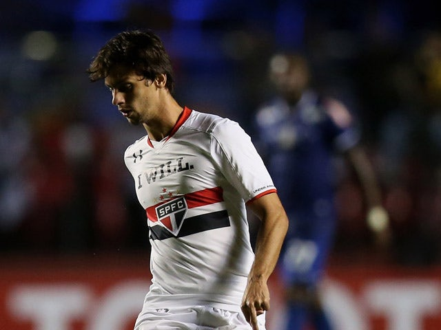 Rodrigo Caio of Sao Paulo runs with the ball during a first leg match between between Sao Paulo and Cruzeiro as part of round of sixteen of Copa Bridgestone Libertadores 2015 at Morumbi Stadium on May 6, 2015