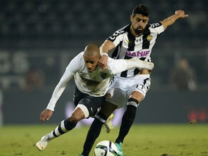 Nine-man Vitoria hold out for point