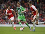 Wolfsburg's Belgian midfielder Kevin De Bruyne (2nd L) vies with Arsenal's Spanish midfielder Santi Cazorla and Arsenal's English defender Calum Chambers (R) during the pre-season friendly football match between Arsenal and Wolfsburg at The Emirates Stadi