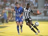 Nice's French forward Jeremy Pied (L) vies with Angers' Guinean midfielder Abdoul Camara during the French L1 football match between Angers and Nice on August 29, 2015