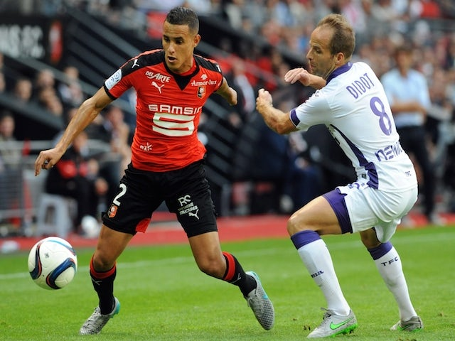 Rennes' defender Mehdi Zeffane (L) vies with Toulouse's French midfielder Etienne Didot during the French L1 football match Rennes against Toulouse on August 29, 2015