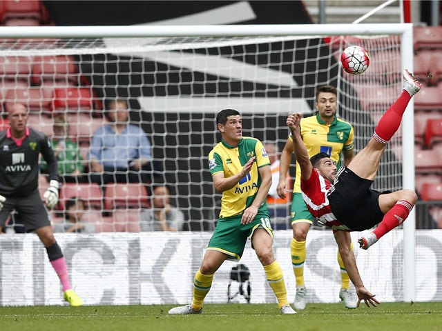 Southampton's Italian striker Graziano Pelle (R) tries an unsuccessful overhead shot during the English Premier League football match between Southampton and Norwich City at St Mary's Stadium in Southampton, southern England on August 30, 2015