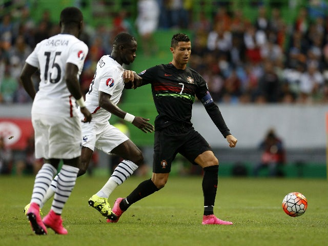 Portugal's forward Cristiano Ronaldo (R) vies with France's midfielder Moussa Sissoko (C) and defender Bacary Sagna during the Euro 2016 friendly football match Portugal vs France at the Jose Alvalade stadium in Lisbon on September 4, 2015.
