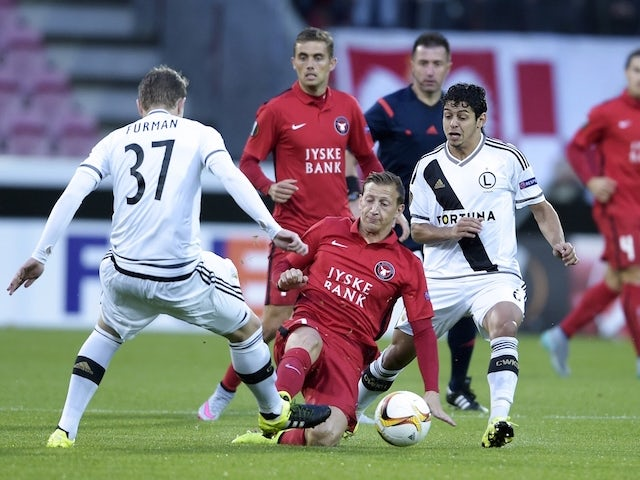 Daniel Royer (C) of FC Midtjylland and Dominik Furman (L) of Legia Warszawa vie for the ball during the UEFA Europa League Group D football match between FC Midtjylland and Legia Warszawa in Herning, Denmark, on September 17, 2015.