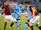 Barcelona's Argentinian forward Lionel Messi (C) shots the ball next to Roma's midfielder from Italy Daniele De Rossi (L) during the UEFA Champions League football match AS Roma vs FC Barcellona at Rome Olympic stadium, on September 16, 2015