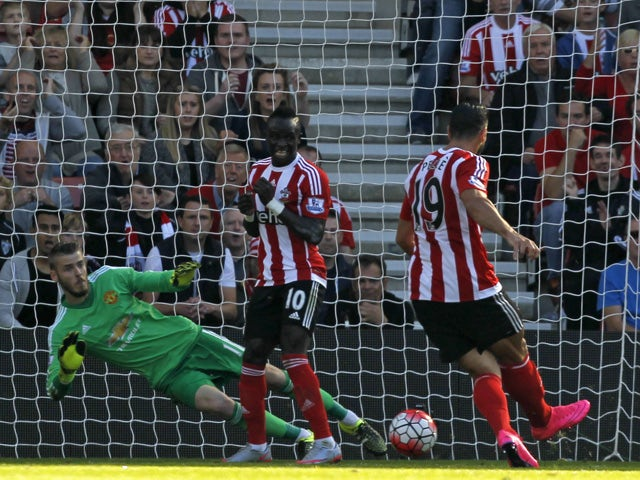 Southampton's Italian striker Graziano Pelle (R) scores their opening goal past Manchester United's Spanish goalkeeper David de Gea (L) duringthe English Premier League football match between Southampton and Manchester United at St Mary's Stadium in South