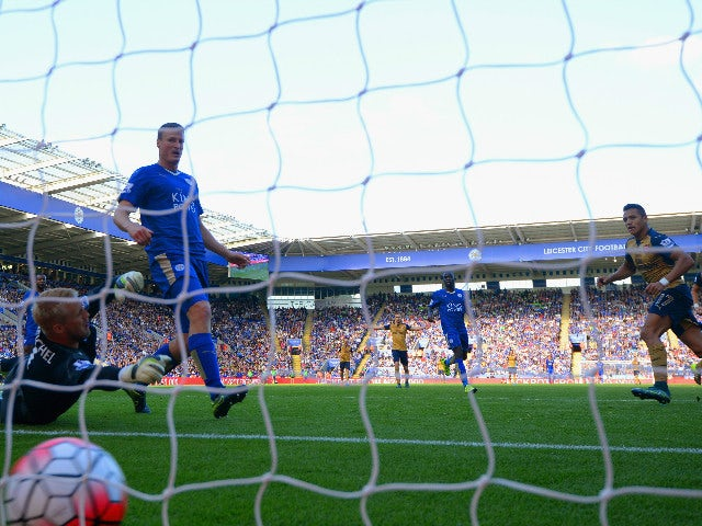 Alexis Sanchez (1st R) of Arsenal scores his team's second goal past Kasper Schmeichel (1st L) of Leicester City during the Barclays Premier League match between Leicester City and Arsenal at The King Power Stadium on September 26, 2015 in Leicester, Unit