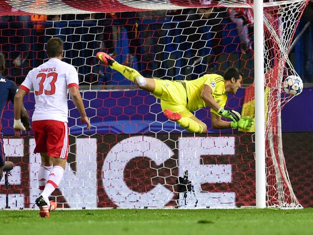 Benfica's Brazilian goalkeeper Julio Cesar (R) fails to stop a shoot by Atletico  Madrid's
